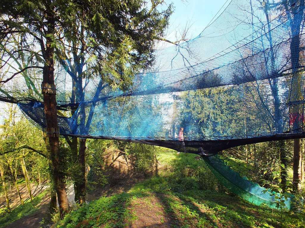 Parcabout, : marcher dans les arbres à 5 kms du gite de la Gravée
